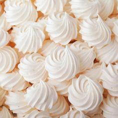 Perfektná finta: TAKTO budú vaše snehové pusinky dokonalé Pavlova, Sweet Desserts, Biscotti, Macarons, Icing, Food And Drink, Sweets, Valentines, Candy