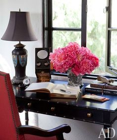 little black desk | More decor lusciousness here: http://mylusciouslife.com/photo-galleries/architecture-and-design-beautiful-buildings-gardens-and-decor/