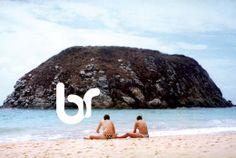 Amigas na areia em Fernando de Noronha, Recife, Brasil / Brazil