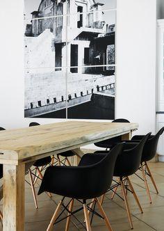 chaises Eames noires et table en bois brut