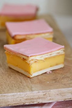 An easy vanilla custard slice recipe made with a biscuit base and topped with a classic pink icing! This is just like a bakery-bought vanilla slice! Do not even get me started on how much Baking Recipes, Cake Recipes, Snack Recipes, Dessert Recipes, Dutch Recipes, Dessert Bars, Custard Slice, Vanilla Custard, Custard Tart