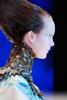 Alexander McQueen Ready-to-wear, Париж , весна-лето 2010 details Alexander Mcqueen, Mcqueen 3, Foto Fashion, Fashion Art, Fashion Show, Fashion Pics, Atlantis, Givenchy, Valentino