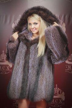 raccoon fur parka very sexy Fox Fur Coat, Fur Coats, Fur Clothing, Great Women, Fur Fashion, Girly Outfits, Fur Jacket, Mantel, Sexy Women