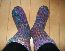 Keep your feet extra warm this winter with these bulky socks. They knit up in an afternoon.  FREE Pattern. Ravelry: Blizzard Socks pattern by Michele C Meadows