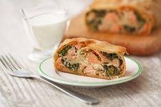 The recipe of spinach strudel with salmon brings variety to the lunch table. A recipe that is easy t Spinach Recipes, Salmon Recipes, Burger Co, Lunch Table, Spanakopita, Fish, Health, Ethnic Recipes, Recipe Recipe