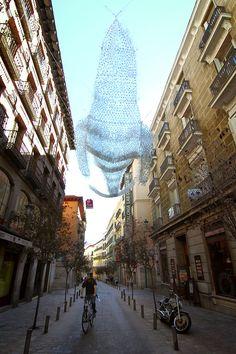 Ballena montada a base de botellines de plástico, decorando una calle de Madrid.