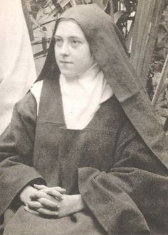 A imagem pode conter: 1 pessoa, sorrindo, sentado, chapéu, close-up e área interna