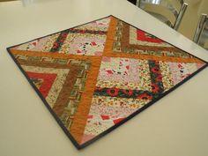 Imagem de http://mlb-s1-p.mlstatic.com/patchwork-centro-de-mesa-toalhinha-de-mesa-artesanato-15578-MLB20105490823_052014-F.jpg.