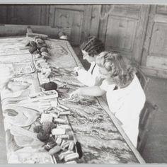 Een tapijt wordt gerestaureerd in het textielatelier, anoniem, 1930 - 1940 - Rijksmuseum
