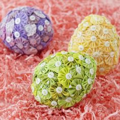 Yo-yos turn common foam eggs into holiday treasures. Gather a selection of spring fabrics, make yo-yos, and secure them to eggs with buttons and bead-topped pins to create an easy holiday centerpiece.