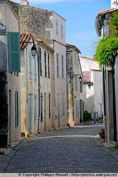 Rue de Saint-Martin-de-Ré (Île de Ré / Charente-Maritime) Places Ive Been, Places To Visit, Poitou Charentes, Saint Martin, Sea Waves, Aquitaine, Travel Abroad, Limousin, Wonderful Places