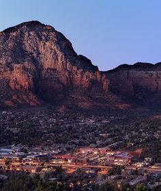 """20 Amazing Small Towns in America - mom.me - Sedona, Ariz. Sedona is home to the famous red rocks that beckon thousands of tourists every year, but Sedona is also home to about 9,000 people. It's known as a great place to retire due to the climate, making Sedona the perfect place to end the """"dry heat"""" vs. """"wet heat"""" debate."""