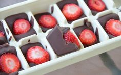 strawberry, chocolate, and food image ice cube tray dark fruit sweet dessert healthy frozen cold diy kids snack summer summertime Chocolate Snacks, Melting Chocolate, Sweet Desserts, Dessert Recipes, Dessert Healthy, Healthy Eats, Kiwi, Summer Treats, Quick Meals