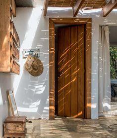 """Madeira dá o tom. Para contrastar com a cor clara do piso e das paredes, todos as molduras das portas (10 cm, seguindo o padrão das esquadrias) utilizam a mesma madeira: cumaru, que resiste bem a sol e chuva. """"As portas internas repetem esse padrão e adotam o desenho do lambri, igual ao forro da sala e do quarto"""", conta o empresário. Tudo em total harmonia."""
