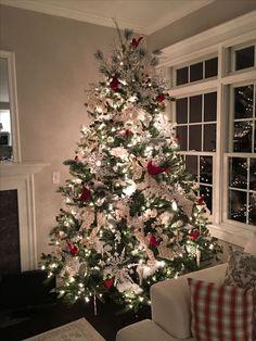 Beautiful Christmas Trees, Christmas Tree Themes, Christmas Tree Decorations, Cardinal Christmas Decor, Farmhouse Christmas Decor, Outdoor Christmas, Rustic Christmas, Simple Christmas, Silver Christmas