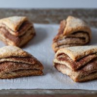 smitten kitchen - cinnamon sugar scones: I realize that there is not a dearth of scone or biscuit recipes on this site, the… - View Chocolate Pavlova, Chocolate Babka, Cinnamon Scones, Pumpkin Scones, Cinnamon Cookies, Cinnamon Rolls, Roasted Apples, Spiced Apples, Smitten Kitchen