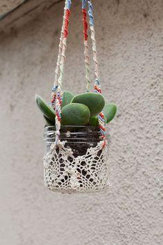 Un simple y corriente tarro de cristal puede embellecerse sobremanera con un colgador de Crochet, Macramé o cualquier especialidad de tejido similar.