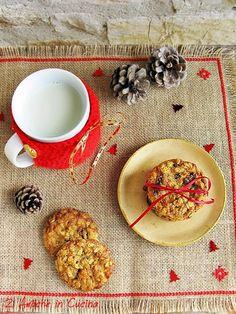 Che Natale sarebbe senza biscotti? Chi di noi da bambino non ha preparato una tazza di latte e un piattino di biscotti da lasciare a Babbo Natale sotto l'albero? Questi cookies all'avena e uvetta sono di Jamie Oliver, croccanti e con un leggero aroma di cannella non smetterete di mangiar…