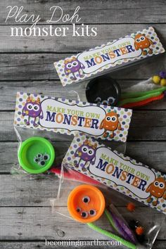 Halloween Play-Doh Monster Kits w/ Free Printable These adorable little Halloween Play-Doh Monster Kits are the perfect treat for the classroom this October or as favors for a Monster Birthday Party! Bonbon Halloween, Halloween Class Party, Fete Halloween, Halloween Birthday, Holidays Halloween, Kindergarten Halloween Party, Halloween Treat Ideas For School, Halloween Treat Bags, Halloween Decorations