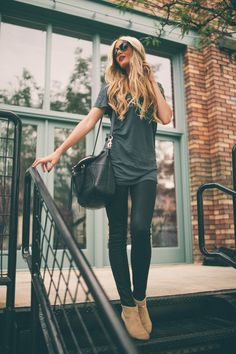 casual fall outfit: oversized tee, skinny jeans or leggings, booties & large handbag