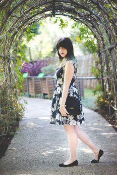 Look romântico e chique com vestido floral preto e sapatilha