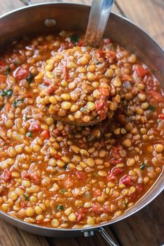 Lentil Chili - Much healthier than your traditional chili but tastes exactly like your favorite bowl of ground beef chili! Lentil Chili Recipe, Summer Chili Recipe, Vegetable Chilli Recipe, Chilli Recipe Vegetarian, Healthy Lentil Recipes, Vegan Lentil Recipes, Meatless Chili, Cheap Vegetarian Meals, Vegan Chili