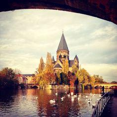 Vue sur le temple neuf et la Moselle a l'automne, Metz, Lorraine
