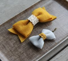 Felt bows, man these are so easy to make. I better get my bow makin' butt into gear Felt Hair Bows, Diy Hair Bows, Ribbon Hair, Felt Diy, Felt Crafts, Felt Flowers, Fabric Flowers, Fabric Bows, Diy Accessoires