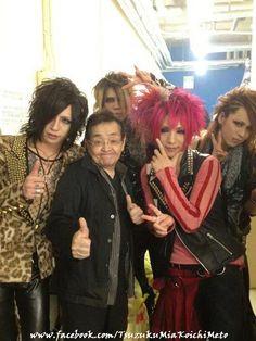 Backstage photo of Tsuzuku with Hiyuu and Ichiro (Lycaon), Jun (GOTCHAROCKA) and Hoshiko-san (aka Visual Kei Oyaji)