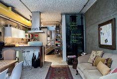 Estilo industrial desta casa mistura peças clássicas, obras de arte urbana e até uma jukebox.