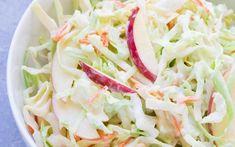 Světově proslulý salát Coleslaw z mrkve, zelí a celeru originálně obsahuje plno majonézy, oleje a je Cabbage, Sandwiches, Salad, Vegetables, Coleslaw, Food, Coleslaw Salad, Essen, Cabbages
