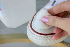 How to clean up your dirty white Converse sneakers. Cleaning White Converse, How To Wear White Converse, Red Converse Outfit, Cleaning White Shoes, Converse Sneakers, Converse Style, Cheap Converse, Wedding Converse, Converse Shoes