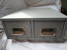 Dies ist ein zwei Schublade grau Metall-Datei-Box. Dieser Behälter hat 2 vorne Metall Griffe. Dieser Schrank Halter ist grau auf der Außenseite und dunkel grün auf der Innenseite und leichtfüßig-Gummi-Unterseite ist auch dunkelgrün. Diese Dateibox wäre sinnvoll in so vielen Orten in