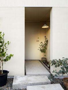 エントランスポーチ(西谷の家)- 玄関事例 Japanese Home Design, Japanese House, Garden Entrance, Entrance Foyer, Interior Design Inspiration, Home Interior Design, Yard Design, House Design, Natural Interior