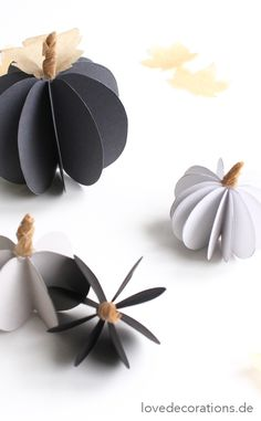 DIY paper pumpkins - oh these stylish Halloween pumpkins made of paper are adorable!