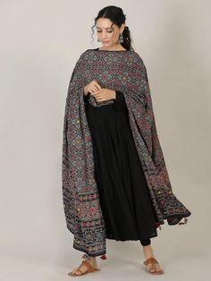 Indian Fashion Dresses, Pakistani Dresses Casual, Indian Bridal Fashion, Dress Indian Style, Pakistani Dress Design, Simple Kurti Designs, Kurta Designs Women, Stylish Dresses For Girls, Stylish Dress Designs