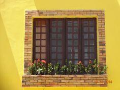Janela com jardineira. Amarelo. João Pessoa - Brasil