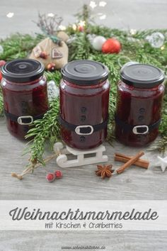Delicious Christmas jam with cherries, cranberries and Christmas spices in a DIY Santa Claus jar – a great recipe for delicious fruit spreads. Great for Christmas breakfast or as a gift from the kitchen. Christmas Jam, Christmas Breakfast, Breakfast Party, Black Sesame Ice Cream, Cake Games, Pumpkin Spice Cupcakes, Vegetable Drinks, Delicious Fruit, Healthy Eating Tips