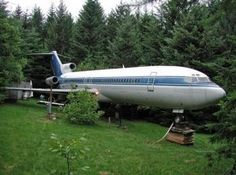 This is a house built by Bruce Campbell out of the Boeing 727 - he got a trendy, one-of-a-kind villa in the woods. Boeing 727 200, Boeing 747, Airplane House, Transformers, Thermal Spraying, Old Planes, Unusual Buildings, Derelict Buildings, Interesting Buildings