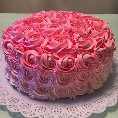 """Pode ser para uma tarde com as amigas, uma data especial, ou até para um """"Smash the Cake"""", com tanto que seja elegante, charmoso e delicioso! 🎀💗😋😍 #bolo #doces #smashthecake #aniversario #festa #bellecaramelle #floripa"""