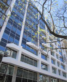 """5 DE OUTUBRO, 125   LISBOA  O edifício é constituído por 23 """"fracções"""" -2 estabelecimentos comerciais e 21 escritórios, distribuídos por 11 pisos, num total de cerca de 10.769m2 de área bruta de construção, respetivamente 6.844,80m2 e 3924,40m2,  acima e abaixo do solo.  O estacionamento será constituído por cerca de 69 + 4 lugares, possuindo acesso às frações por elevador (ou escada).  Mais infos @ http://www.worx.pt/pt/imoveis/5-de-outubro-125"""