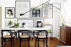 Come disporre quadri diversi fra di loro - Non è necessario che i quadri siano tutti dello stesso stile o genere: con un po' di buon gusto si possono abbinare quadri ad olio con stampe, come litografie acqueforti o incisioni o, fotografie.