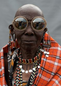 » Karen Walker goes to Kenya for some eyepoppin' eyewear