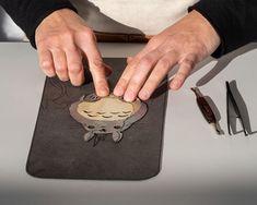 Loewe emplea técnicas de marquetería en piel para plasmar los personajes de My Neighbor Totoro en el bolso Hammock