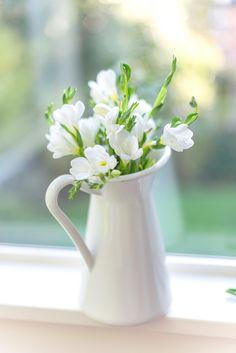 Flowers in a vase. Flowers Nature, My Flower, White Flowers, Flower Art, Beautiful Flowers, Hanging Flowers, Flower Vases, Beautiful Flower Arrangements, Floral Arrangements