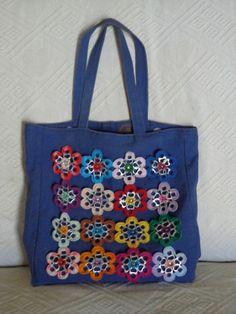 bolsa de lona com flores de crochet e lacres de latas de alumínio