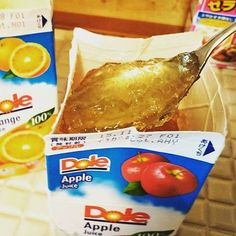 You put powdered gelatin (melted with hot water) in the juice pack directly. so easy !