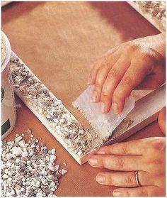 - Marcos de madera  - Elementos naturales como piedras, hojas secas y objetos marinos  - Pegamento blanco.