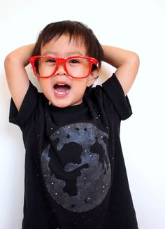 Glow in the Dark Moon Shirt Easy Crafts For Kids, Diy For Kids, Cool Kids, Diy Fashion, Fashion Outfits, Fashion Tips, Diy Solar System, Paint Shirts, Glow