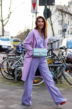 ✨✨✨✨✨✨✨✨ Light purple is a feminine, graceful, elegant color that has long been associated with refined, wealthy women. While the color purple represents royalty. Pastel Fashion, Purple Fashion, Colorful Fashion, Best Street Style, Looks Street Style, Purple Outfits, Colourful Outfits, Pink Blazer Outfits, White Outfits